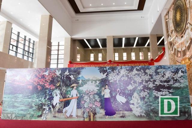 Bức tranh đặt bên trái sảnh chính là hình ảnh người con gái Việt Nam trong bộ áo dài truyền thống đánh đàn bầu, bên phải là người con gái Trung Quốc với trang phục cổ truyền đang thổi sáo.