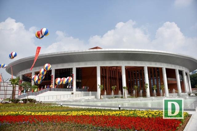 Phía bên ngoài của Cung Hưu Nghị Việt - Trung trồng nhiều hoa tươi, có đài phun nước.