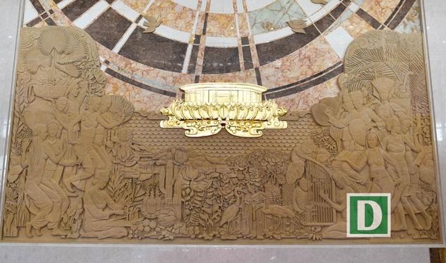Phía dưới là bức phù điêu phong cách tự nhiên, dung dị thể hiện hình ảnh ca hát, nhảy múa của đồng bào dân tộc hai nước.