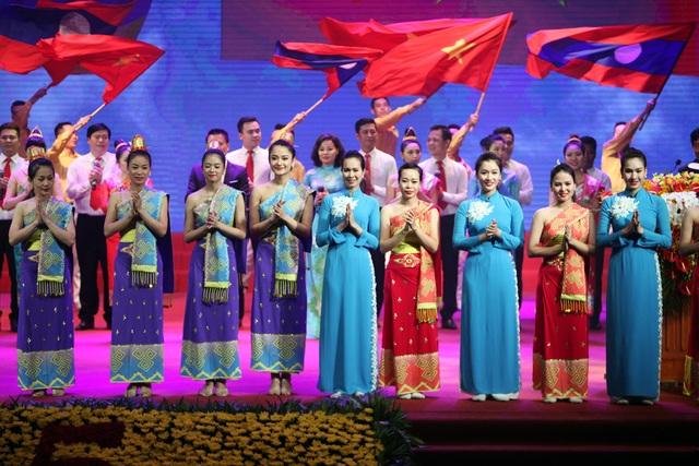 Nghệ sỹ hai nước biểu diễn nhiều tiết mục ca ngợi tình anh em chí nghĩa chí tình Việt - Lào