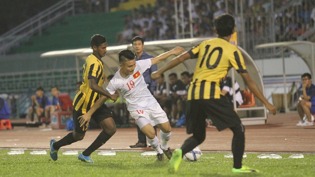 U23 Malaysia đang thể hiện lối chơi kèm người khá quyết liệt