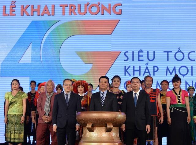 Ông Chu Ngọc Anh, Bộ trưởng Bộ KHCN, ông Phan Tâm Thứ trưởng Bộ TT&;TT và Thiếu tướng Nguyễn Mạnh Hùng thực hiện nghi lễ khai trương mạng 4G