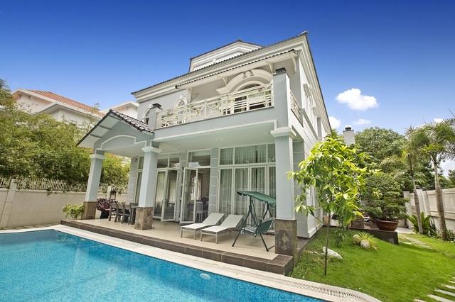 Căn villa phủ toàn màu trắng. Nơi đây có sân vườn với những mảng cỏ xanh mát, và hồ bơi với những buổi tiệc cocktail sôi động về đêm.