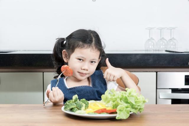 Nên cho trẻ ăn cân bằng đạm động vật và thực vật để phòng tránh các bệnh lý tim mạch khi trưởng thành