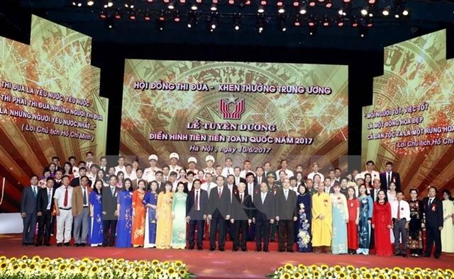 Các đồng chí lãnh đạo Đảng, Nhà nước với các đại biểu tại lễ tuyên dương. (Ảnh: Thống Nhất/TTXVN)