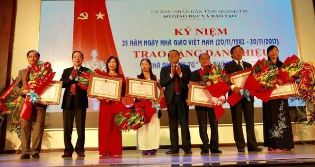 Ông Nguyễn Văn Hùng - Bí thư Tỉnh ủy Quảng Trị trao danh hiệu  Nhà giáo ưu tú cho các cá nhân
