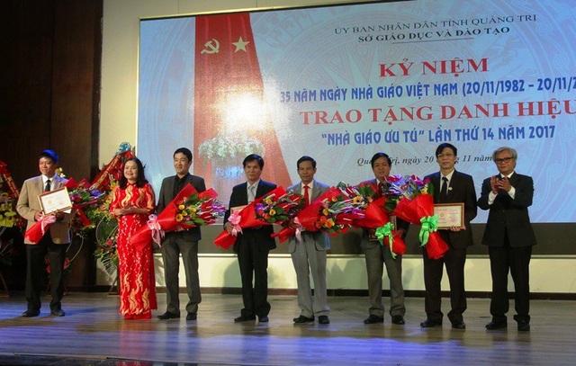 Tiến sĩ Lê Thị Hương - Giám đốc Sở GD-ĐT tỉnh trao kỷ niệm chương cho các nhà giáo có nhiều cống hiến