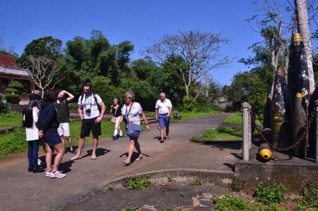 Du khách quốc tế đến tham quan tại di tích Vịnh Mốc