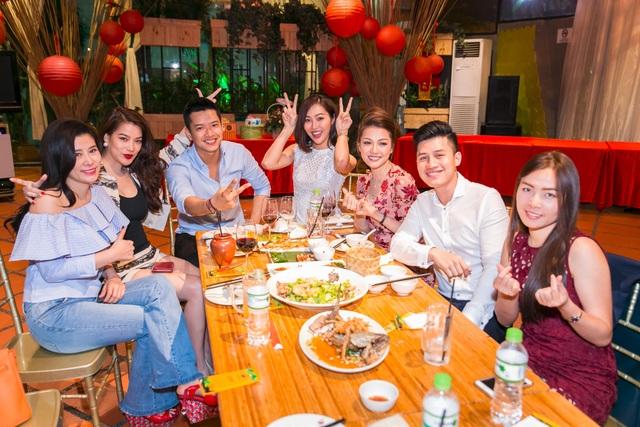 Siêu mẫu vui vẻ bên các bạn bè và người thân suốt buổi tối, anh cảm ơn mọi người vì đã luôn quan tâm tới anh suốt thời gian qua