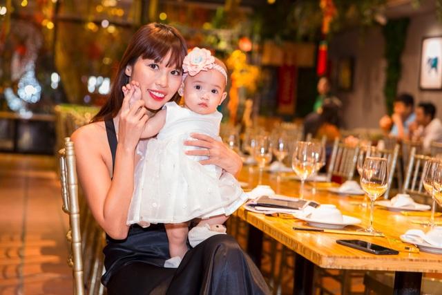 Siêu mẫu Hà Anh cũng ghé qua buổi tiệc và cưng nựng cháu yêu của Hồ Đức Vĩnh.
