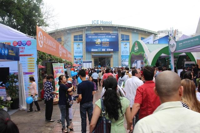 Hội chợ thu hút hàng nghìn người tham gia.