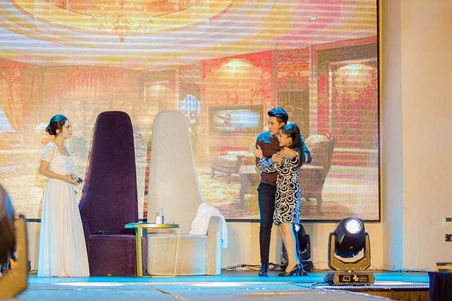 Trong đêm bán kết vừa diễn ra, Vũ Mạnh Cường thể hiện phần thi tài năng dưới sự hỗ trợ của quán quân Kịch cùng Bolero Ngọc Duyên và quán quân Tài tử tranh tài Hồng Trang.