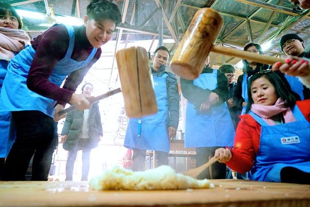 Anh còn tham gia làm các món ăn Hàn Quốc và đặc biệt là món cơm trộn cùng bạn bè quốc tế. Anh muốn thông qua việc tìm hiểu có thể quảng bá nhiều hơn về nền ẩm thực đặc sắc của nước mình.