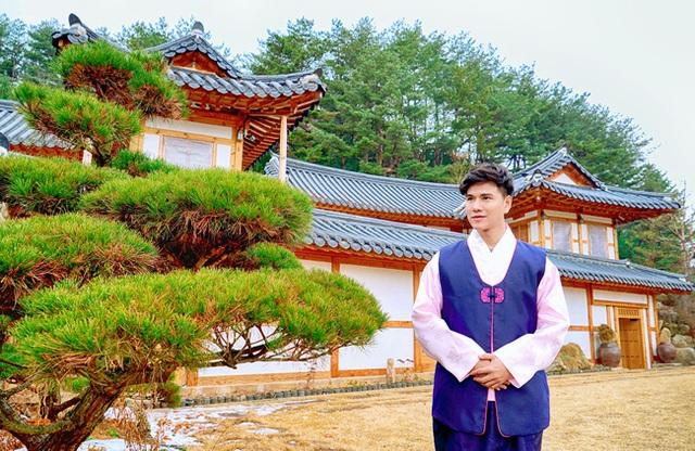 Nam MC thích thú mặc thử trang phục truyền thống Hàn Quốc.