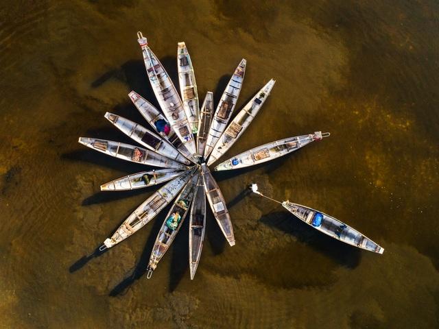 Ảnh ý niệm Thuyền Hoa là tác phẩm triển lãm tại cuộc thi ảnh Nghệ thuật Quốc tế lần thứ 9 tại Việt Nam.