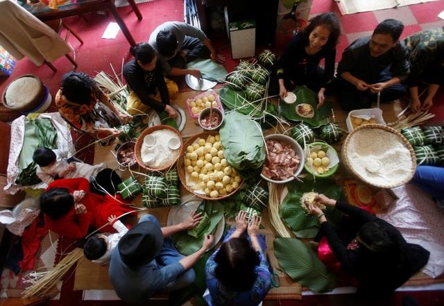 Gói bánh chưng cũng là một phong tục truyền thống của người dân Việt Nam mỗi dịp Tết đến, xuân về. Đây cũng là dịp để cả gia đình quây quần bên nhau và ôn lại một năm cũ đã qua (Ảnh: Reuters)