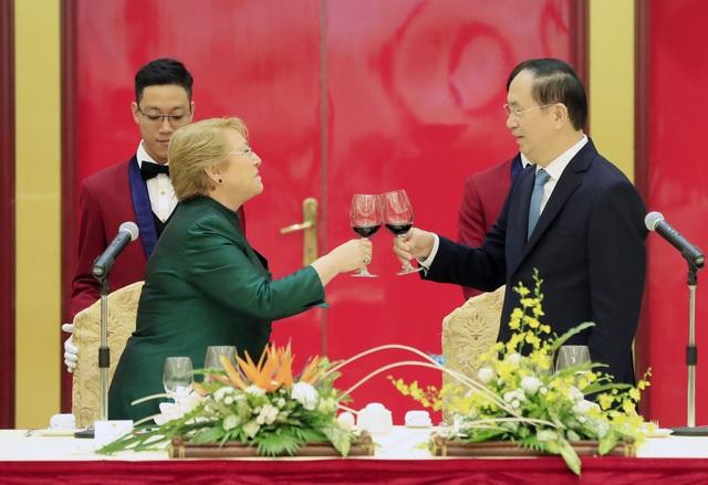 Chủ tịch nước Trần Đại Quang và Tổng thống nước Cộng hòa Chile Michelle Bachelet Jeria cùng nâng ly trong tiệc Quốc yến.