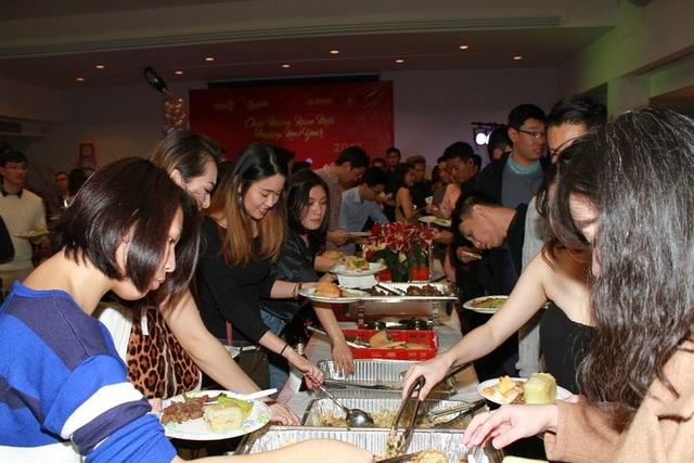 Ngay sau khi tìm kiếm được chủ nhân các giải thưởng nhan sắc, các du học sinh Việt tại New York và vùng lân cận cùng thưởng thức tiệc đón Tết sớm trên đất Mỹ