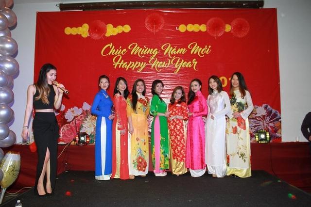 Các cô gái gây ấn tượng mạnh với tà áo dài trong đêm thi.
