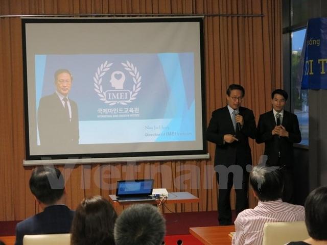 Diễn giả trong buổi gặp mặt. (Ảnh: Nguyễn Hoàng Linh/Vietnam+)