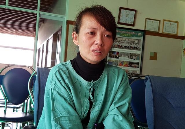 Chị Huyền khóc nức nở khi kể về hoàn cảnh gia đình quá ngặt nghèo
