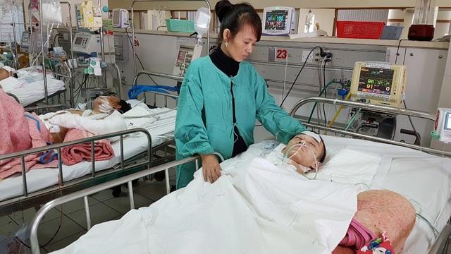 Chị Huyền đang kiệt quệ nuôi con bị chấn thương sọ não tại Khoa Gây mê Hồi sức A, Bệnh viện Trung ương Huế