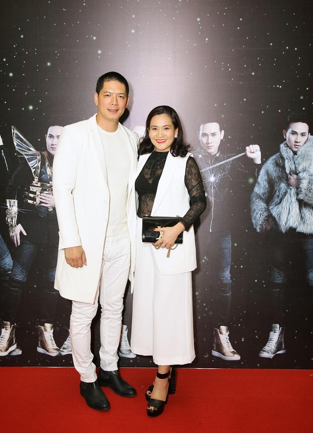 Đến chia vui cùng Nguyên Vũ còn có vợ chồng Bình Minh - Anh Thơ, cả hai chọn trang phục tông xuyệt tông sang trọng và ấn tượng.