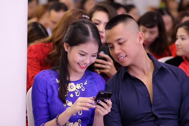 Bà xã Chí Anh tới dự họp báo cùng chồng và vui vẻ nghe Khánh Thi kể lại câu chuyện được tình cũ Chí Anh tăng áo dài dát vàng, đính kim cương.