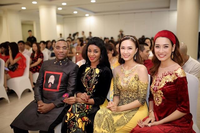 Vợ chồng Đại sứ Haiti cùng các người mẫu trong trang phục áo dài Việt Nam.