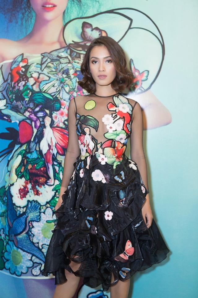 Xuất hiện trên thảm đó, Ái Phương đầy ấn tượng với mái tóc ngắn trẻ trung, khoác trên mình chiếc đầm đen cùng chi tiết hoa và bướm và vòng 1 xuyên thấu gợi cảm hút mắt.