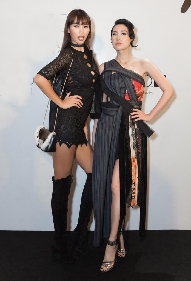 Hà Anh thu hút sự chú ý với bộ trang phục đen cá tính, chiếc đầm được cut out áo khoác da cùng đôi boots cao cổ sành điệu. Trong khi đó Kathy Uyên diện một thiết kế của chính chủ nhân show diễn.