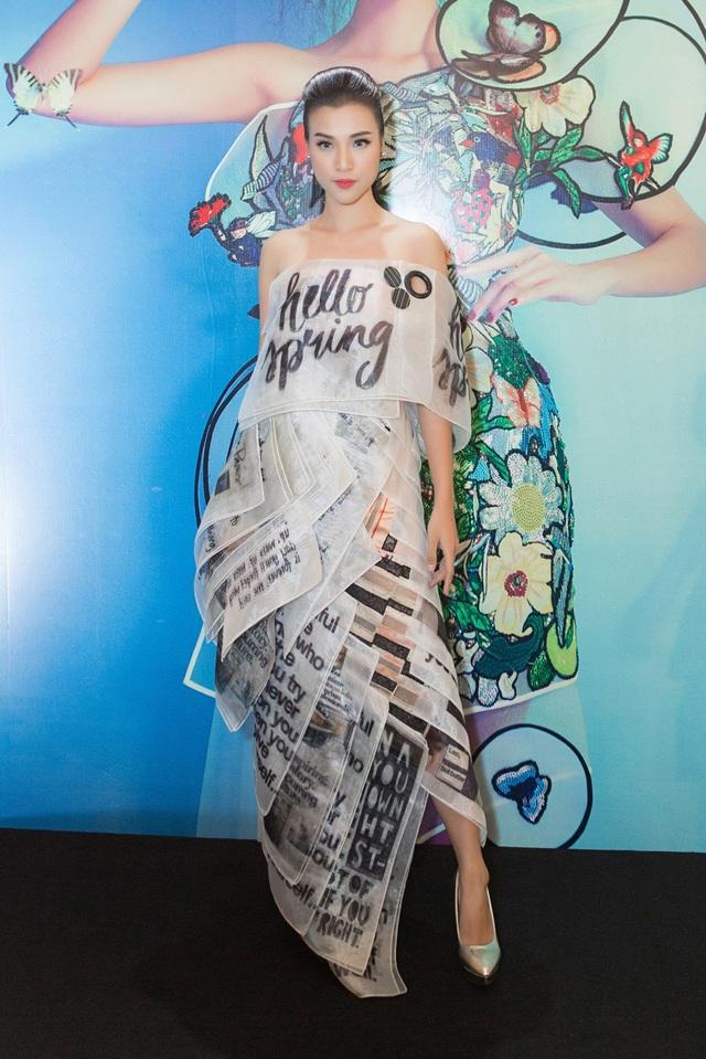 MC Hoàng Oanh diện một chiếc váy được in những họa tiết rất đặc biệt. Không sử dụng quá nhiều phụ kiện, cùng cách trang điểm nhẹ nhàng.