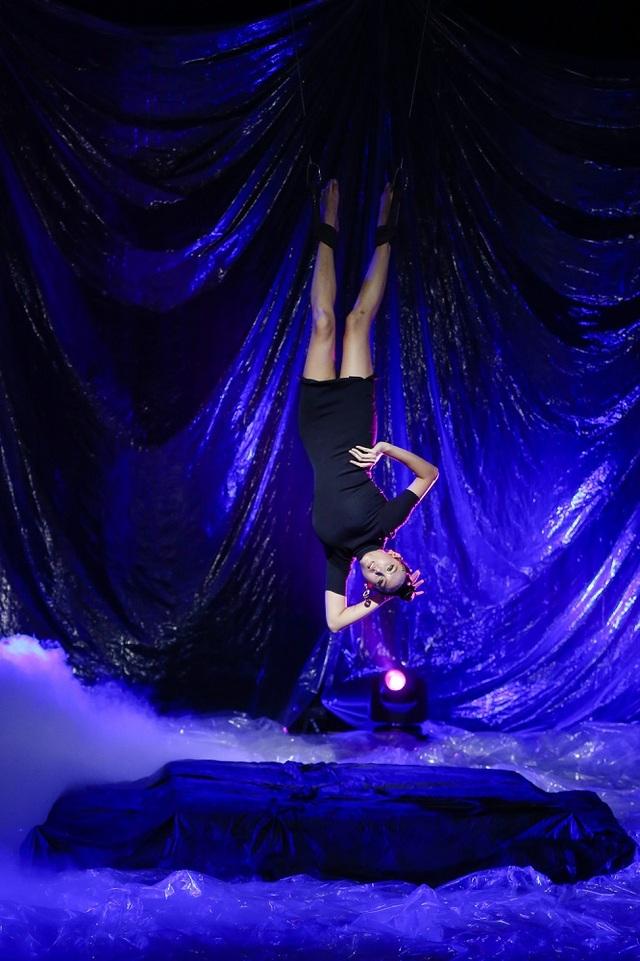 Trong tập 1 chương trình Vietnams Next Top Model All Stars 2017, giám khảo chuyên môn Võ Hoàng Yến đã khiến cho mọi người khiếp sợ khi được treo dây thả từ trên trần nhà xuống sân trong tư thế lộn đầu để thị phạm cho các bạn thí sinh.