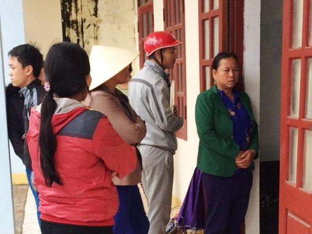 Những ngày qua, người dân tập trung tại UBND xã Hải Hà, huyện Tĩnh Gia để phản ánh liên quan đến vụ vỡ hụi