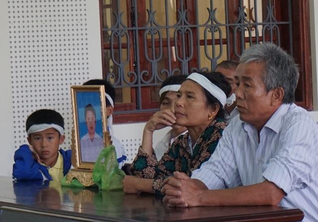 Người nhà bị hại mang theo di ảnh nạn nhân đến tham dự phiên tòa và đề nghị tòa tuyên bị cáo mức án tử hình