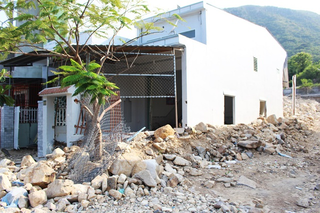 Hiện trường những căn nhà bị hư hỏng, thủng tường ở khu tái định cư Hòn Xện (TP Nha Trang) sau vụ vỡ kênh thoát lũ kinh hoàng, chiều 21/4