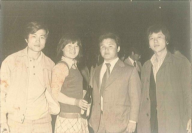 Ông Moon bắt đầu tham gia vào phong trào chống chính quyền từ năm 1969 khi Tổng thống Park Chung-hee, cha của bà Park Geun-hye (người tiền nhiệm của ông Moon bây giờ), tìm cách thay đổi Hiến pháp để chuẩn bị cho nhiệm kỳ tổng thống thứ 3. Sau khi trở thành sinh viên của Trường Luật thuộc Đại học Kyong Hee vào năm 1972, ông Moon vẫn tiếp tục tham gia phong trào đấu tranh chống chính sách khắc nghiệt của Tổng thống Park và thậm chí còn là thành viên dẫn đầu của phong trào. Trong ảnh: ông Moon Jae-in (ngoài cùng bên trái) chụp ảnh cùng bà Kim Jung-sook (vợ ông sau này) và bạn học tại Đại học Kyung Hee. (Ảnh: Korea Times)
