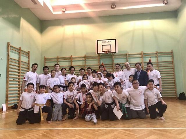 Võ sư Chu Văn Trường (đứng đầu hàng thứ 2 từ bên trái) chụp hình lưu niệm cùng các HLV, võ sĩ tham dự Giải Festival karate Tsunami tại Ba Lan, tháng 4 năm 2017.