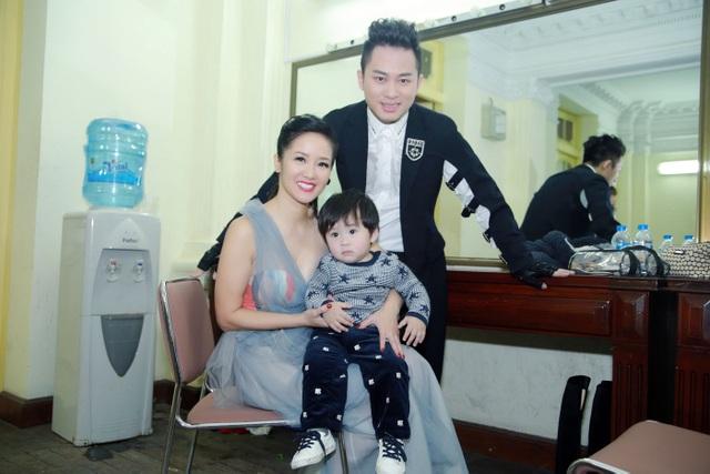Vợ và con trai Tùng Dương chụp ảnh kỷ niệm cùng diva Hồng Nhung và ca sĩ Trọng Tấn.