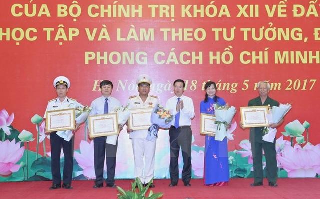 Tại hội nghị, Ban Tuyên giáo Trung ương đã tặng Bằng khen cho 28 tập thể và 48 cá nhân có thành tích xuất sắc tiêu biểu trong học tập và làm theo tư tưởng đạo đức, phong cách Hồ Chí Minh.