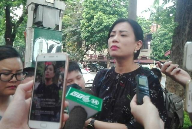 Vợ nghệ sĩ Xuân Bắc trả lời báo chí sau cuộc họp kéo dài 9 tiếng đồng hồ.