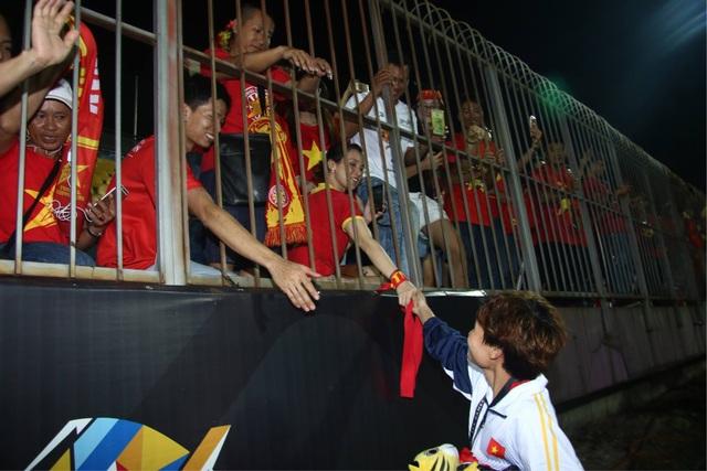 Nữ cầu thủ Việt Nam cảm ơn người hâm mộ