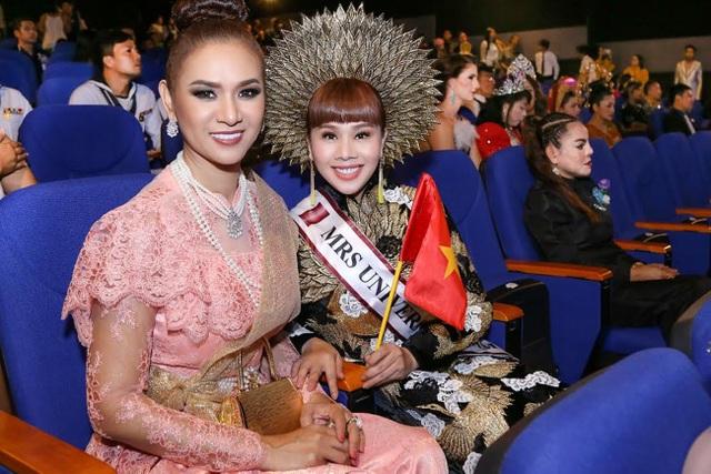 Hoa hậu Quý bà Thế giới Thái Lan và Hằng Nguyễn.
