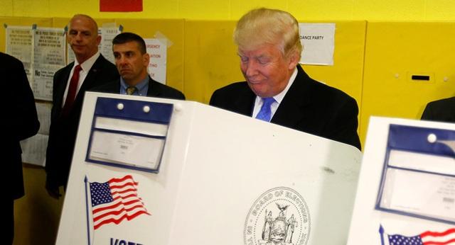 Ngày 8/11/2016, cuộc bỏ phiếu bầu tổng thống chính thức diễn ra trên toàn nước Mỹ. Các cuộc thăm dò dư luận diễn ra trước đó đều cho thấy kết quả phần nhiều nghiêng về phía cựu Ngoại trưởng Mỹ Hillary Clinton, người được kỳ vọng sẽ trở thành nữ tổng thống đầu tiên trong lịch sử Mỹ. Trong ảnh: ứng viên Donald Trump đi bỏ phiếu bầu tổng thống tại điểm bỏ phiếu ở bang New York hôm 8/11 (Ảnh: Reuters)