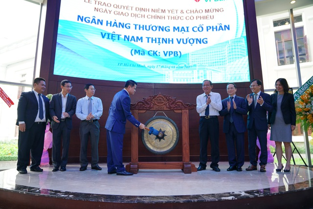 Tiếng cồng chính thức đánh dấu việc cổ phiếu VPB chính thức được niêm yết trên sàn giao dịch chứng khoán HoSE