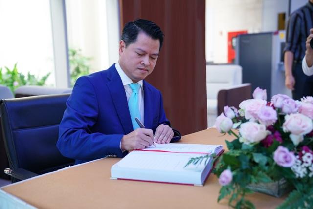 Chủ tịch HĐQT VPBank Ngô Chí Dũng viết lưu bút trong sổ truyền thống của HOSE sau nghi thức đánh cồng