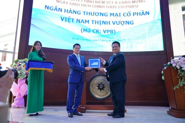 Ông Nguyễn Vũ Quang Trung - Phó TGĐ Phụ trách Ban Điều hành HoSE trao Quyết định cho ông Ngô Chí Dũng - Chủ tịch HĐQT VPBank