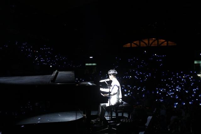 Mở đầu chương trình, Vũ Cát Tường xuất hiện bên cây đàn dương cầm 5 tỷ đồng độc nhất vô nhị tại Việt Nam.