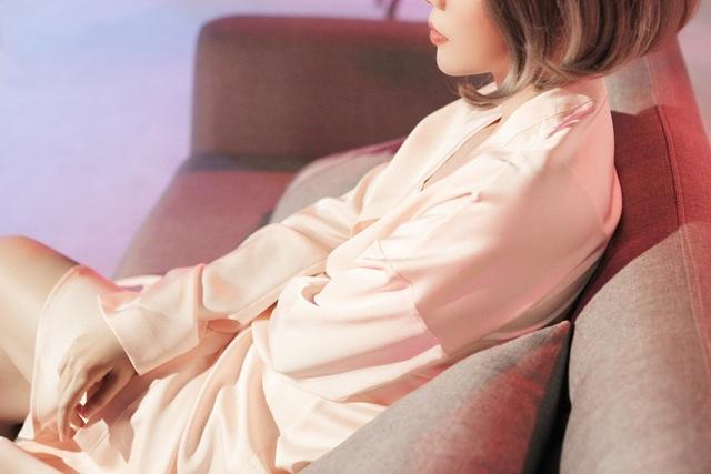 """Vũ Cát Tường diện váy ngủ, trải lòng về """"nỗi buồn đau đớn của đời nghệ sĩ"""" - 7"""