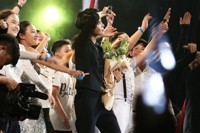"""Chặng đường 4 năm sống với đam mê của Vũ Cát Tường không thể thiếu những cô câu học trò nhí dưới sự dìu dắt của nữ ca sĩ tại cuộc thi Giọng hát Việt nhí 2016 và 2017. Thụy Bình, Thảo Nguyên, Mộng Thơm, Phi Khang… đã cùng """"cô Tường"""" trình diễn Góc đa hình khuấy động không khí sân khấu trở nên cuồng nhiệt hơn."""